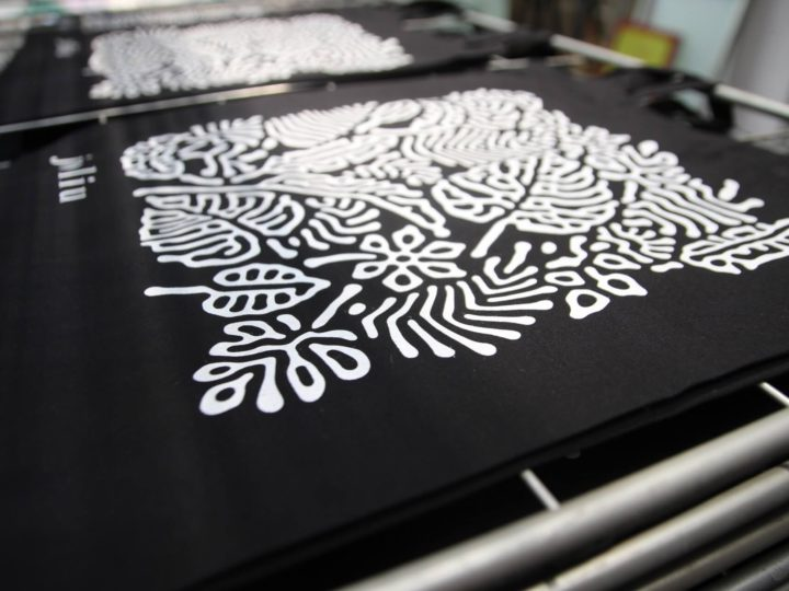 Handprinting some lovely tote bags for Espai Joliu